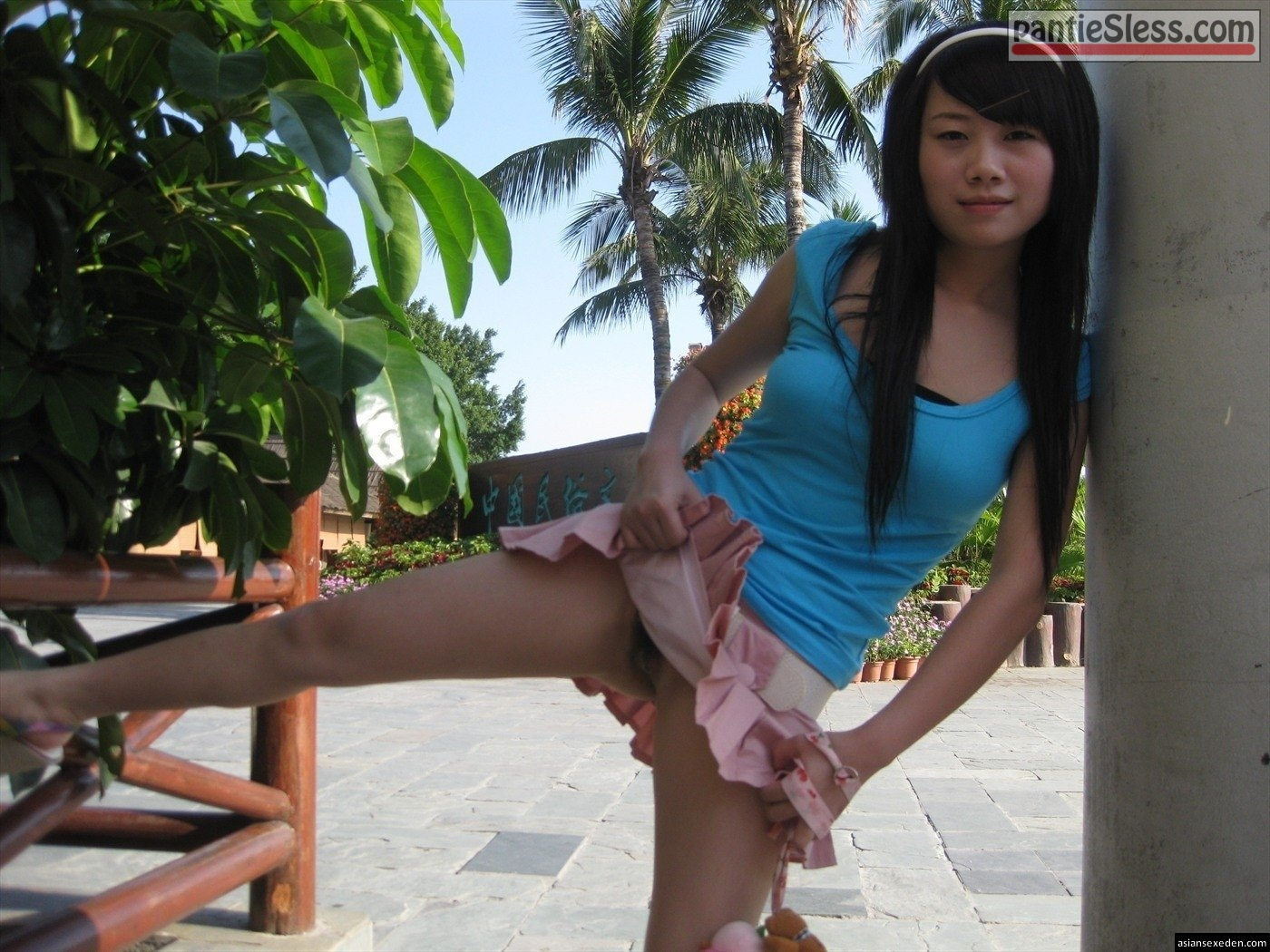 upskirt pussy flash public flashing hairy pussy dark haired bottomless babes asian Japan girl flashing in blue t shirt and pink skirt